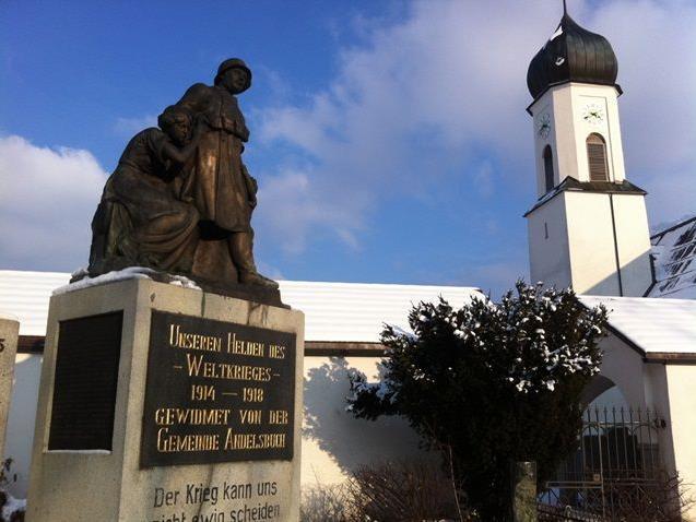 Unter anderem werden in Andelsbuch in diesem Jahr das Kriegerdenkmal und der Kirchenvorplatz restauriert.