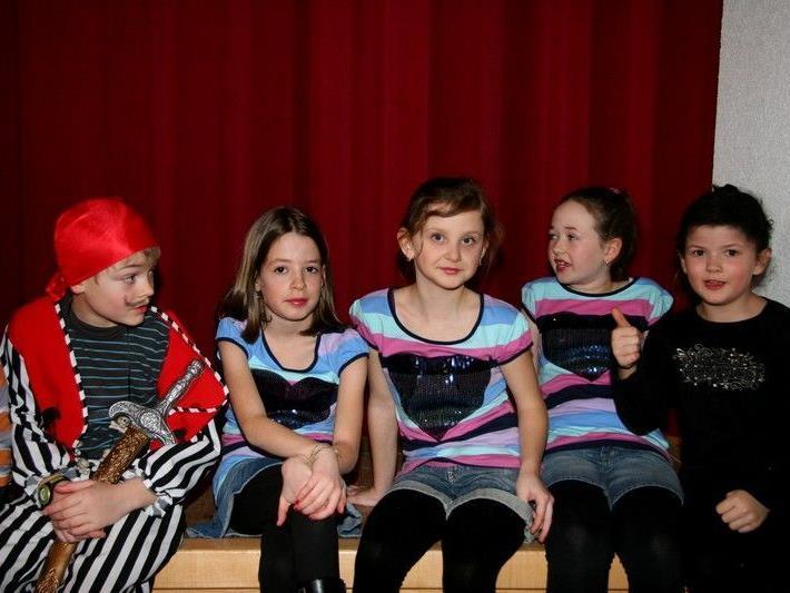 Allerlei bunte Kostüme beim Kinderfasching im Gemeindesaal Doren.