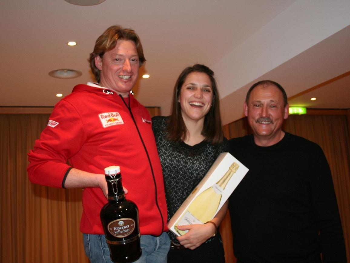 Die Vereinsmeister Madlen Kager und Roman Tschabrun mit Obmann Wolfi Pfaff.