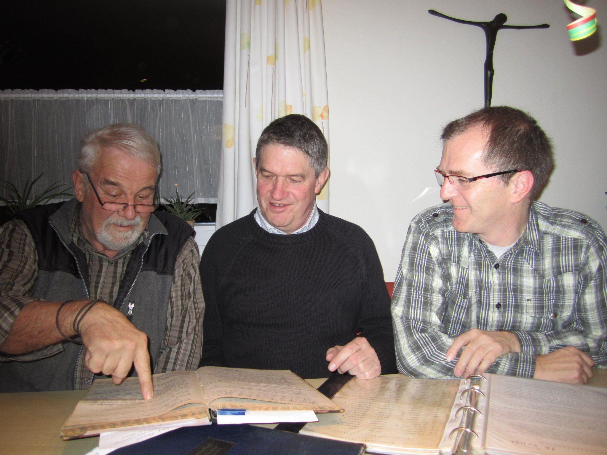 Franz  Koch, Lothar Prager und Heinz Isele haben großes Interesse an der Geschichte des Vereins