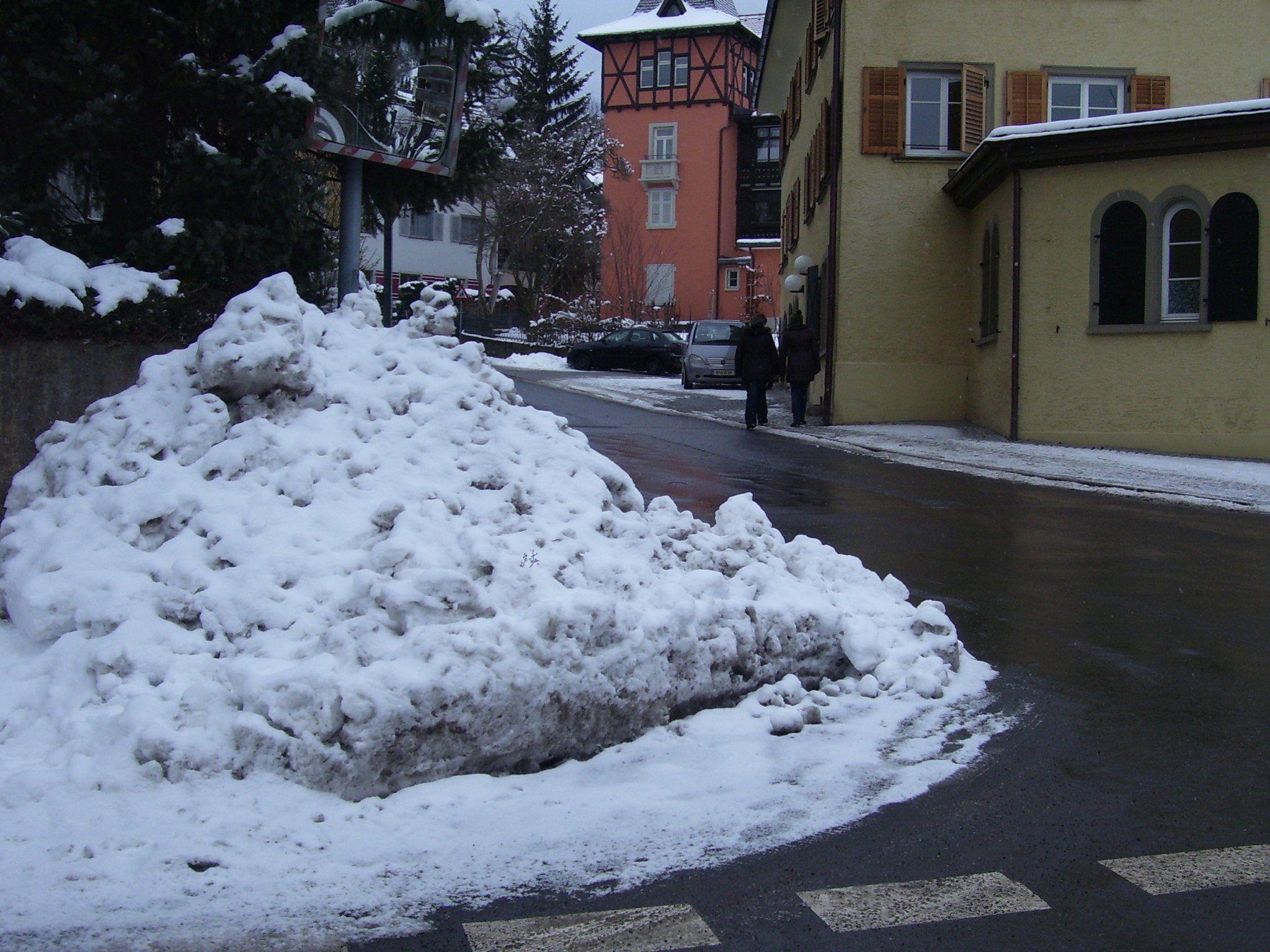 Ingeborg Mätzler bittet im Bürgerforum, künftig den Schnee so zu räumen, dass keine Gefahr besteht.