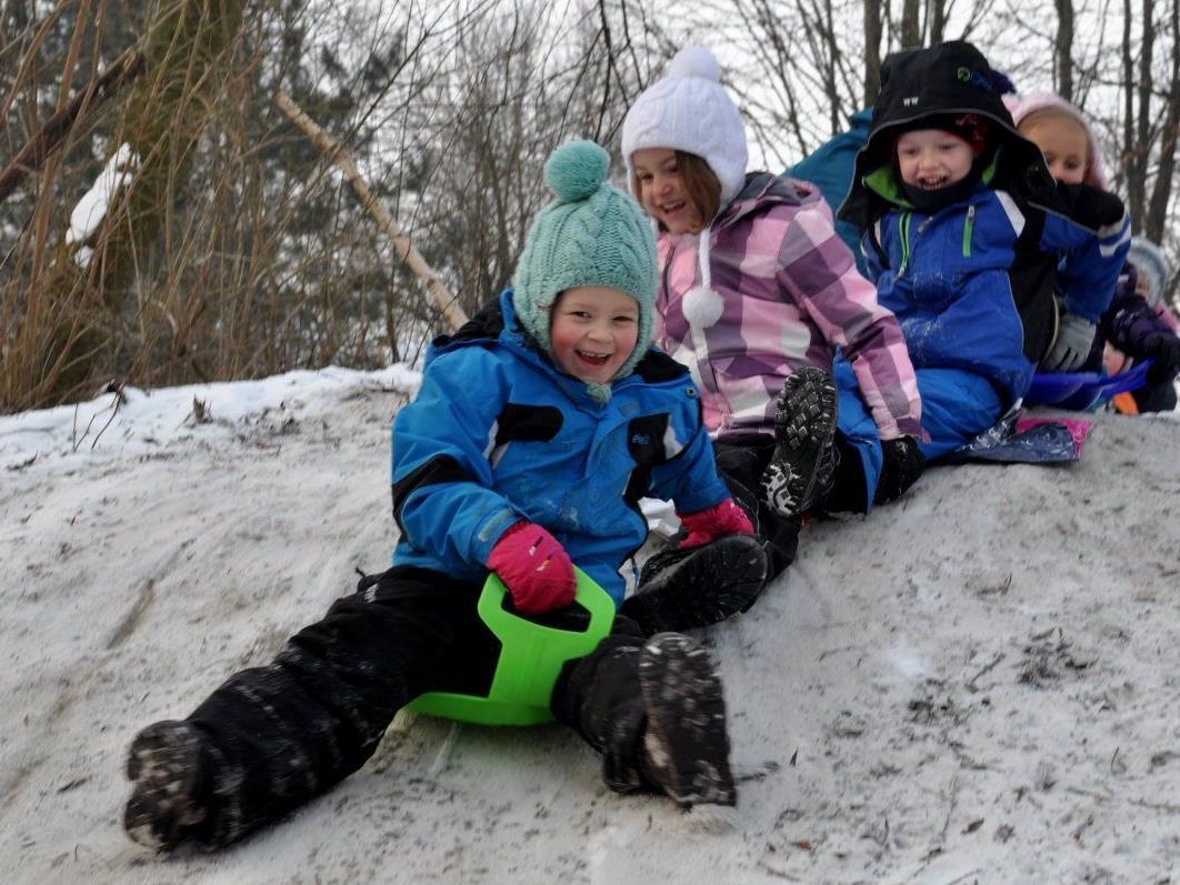 Trotz kalten Minustemperaturen haben die Kinder der Wald- und Wiesengruppe mächtig Spaß.