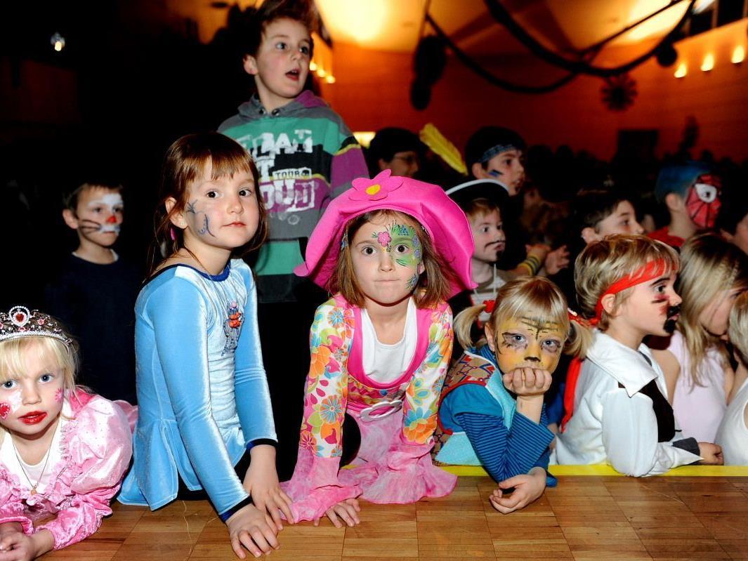 Mit Spannung beobachteten die Kinder das Programm auf der Bühne.