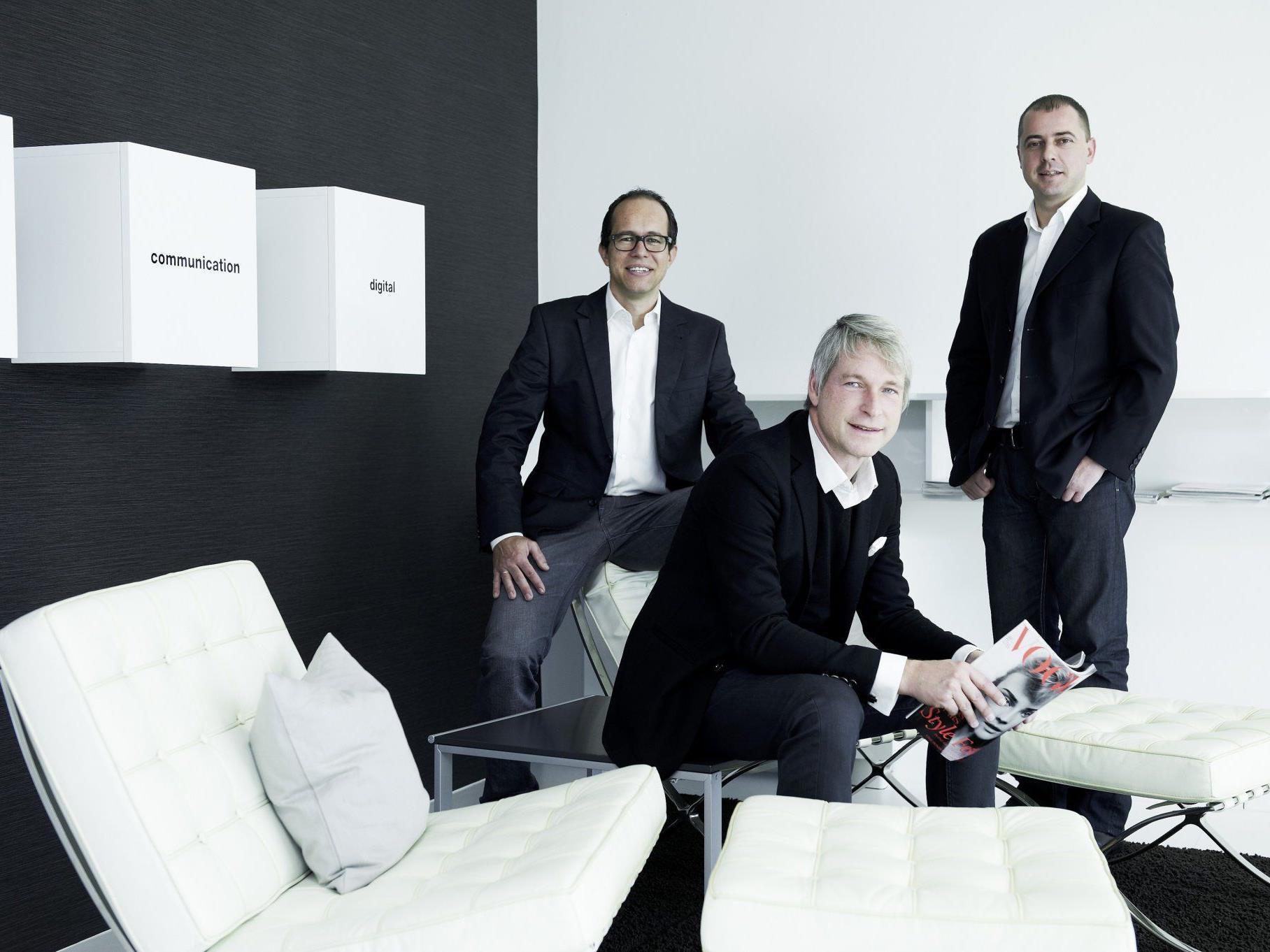 Die Agenturgründer Sergej Kreibich und Marco Spitzar mit Roland Hagspiel.