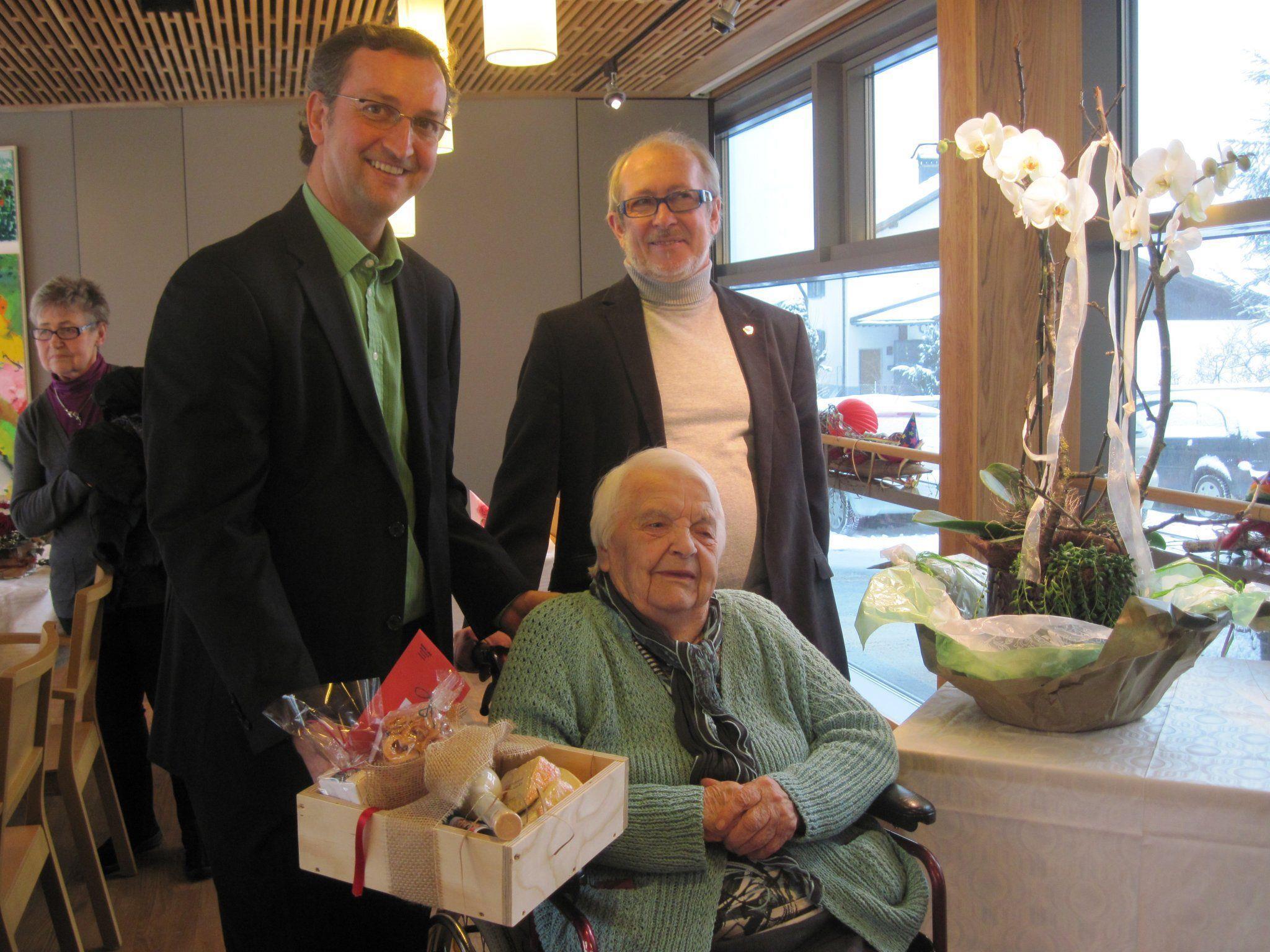 Lini mit den Gratulanten Bürgermeister Dieter Lauermann und Vize Hartwig Töpfer