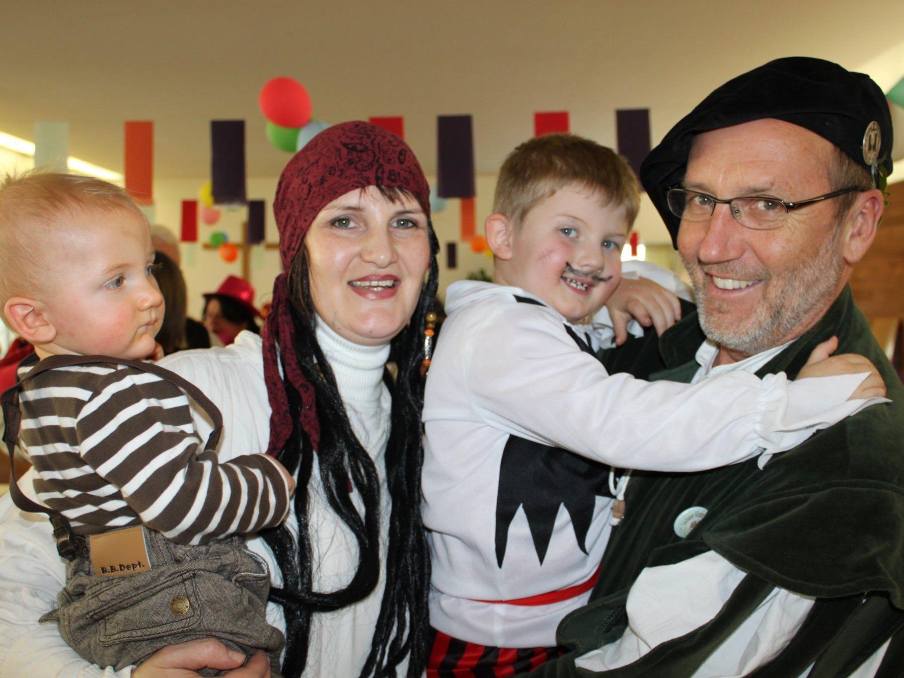 Auch Bürgermeister Xaver Sinz ist beim familiären Faschingsfrühschoppen mit dabei.