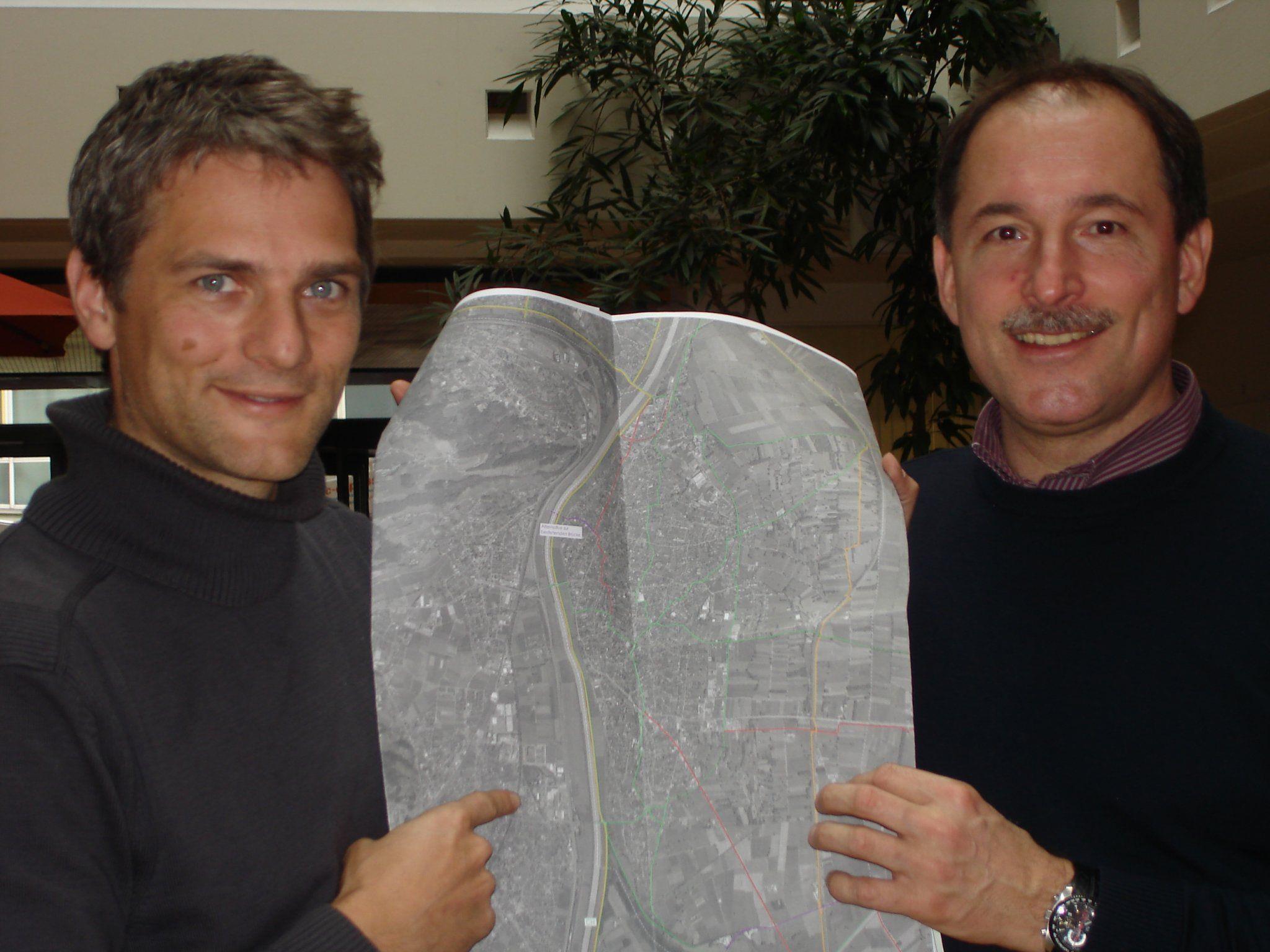 Auditor Martin Reis und GR Dietmar Haller zeigen die Standortbestimmung auf dem Plan.