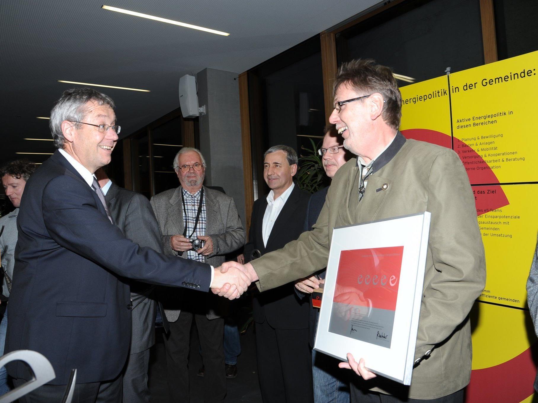 Landesstatthalter Karlheinz Rüdisser übergibt das Zertifikat an  Herbert Greussing.