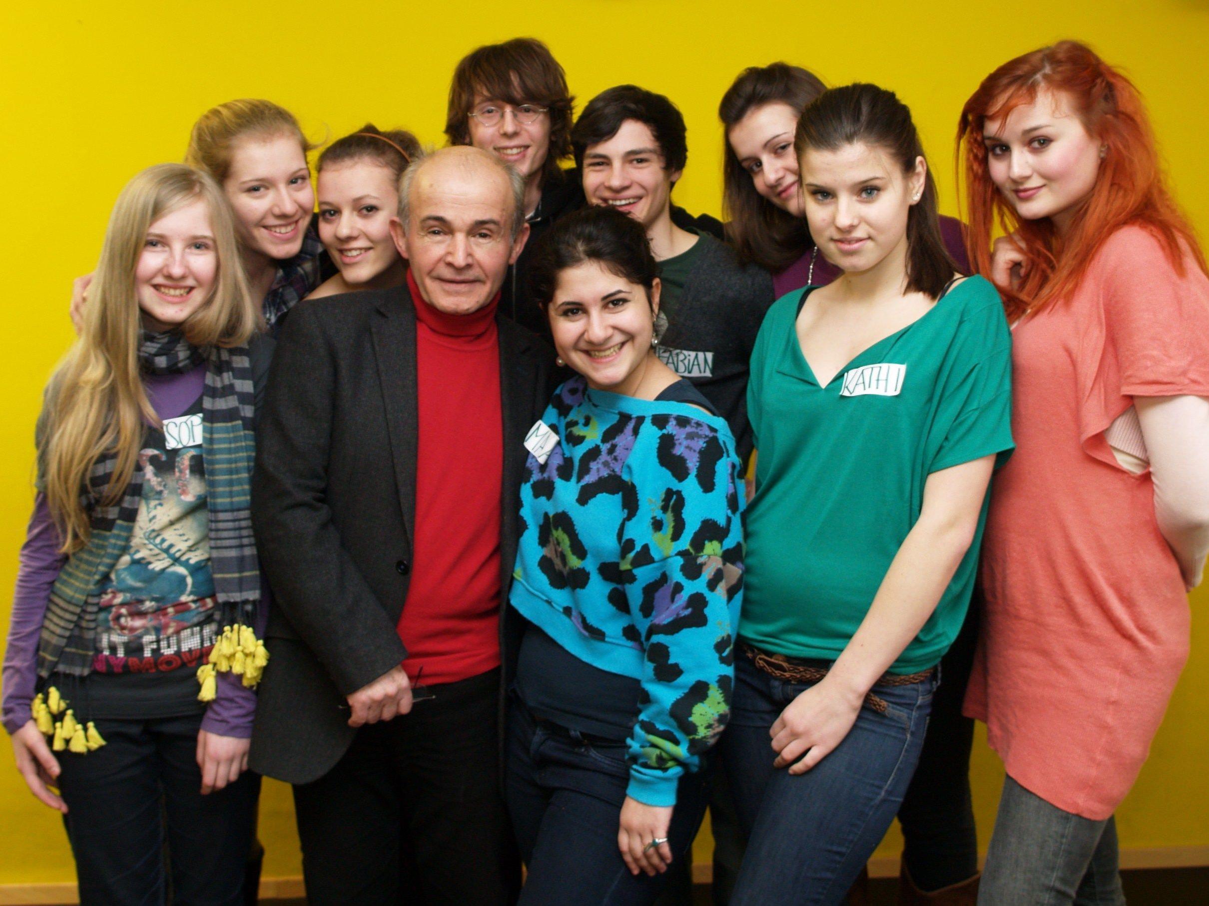 Habib Samadzadeh mit den Jugendlichen beim Workshop in Dornbirn.