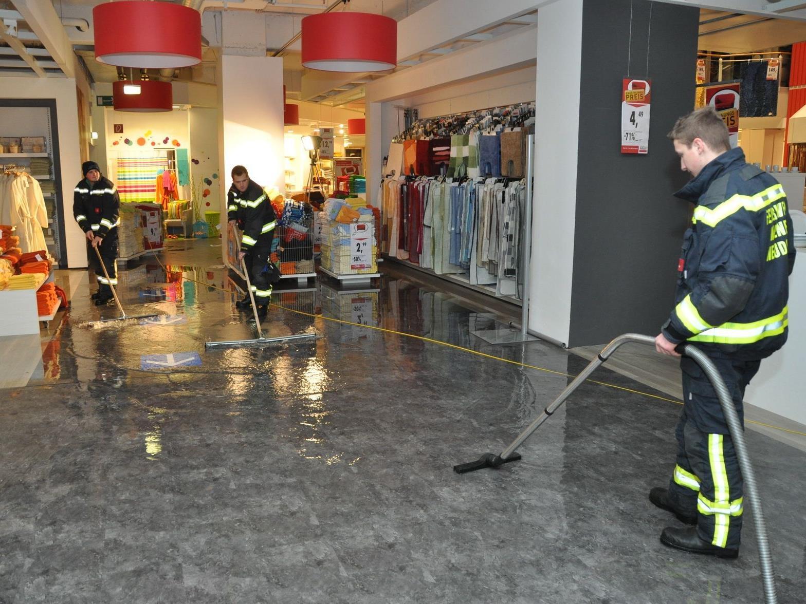Wasser statt eines Brandes mussten die Männer der beiden Feuerwehren bekämpfen