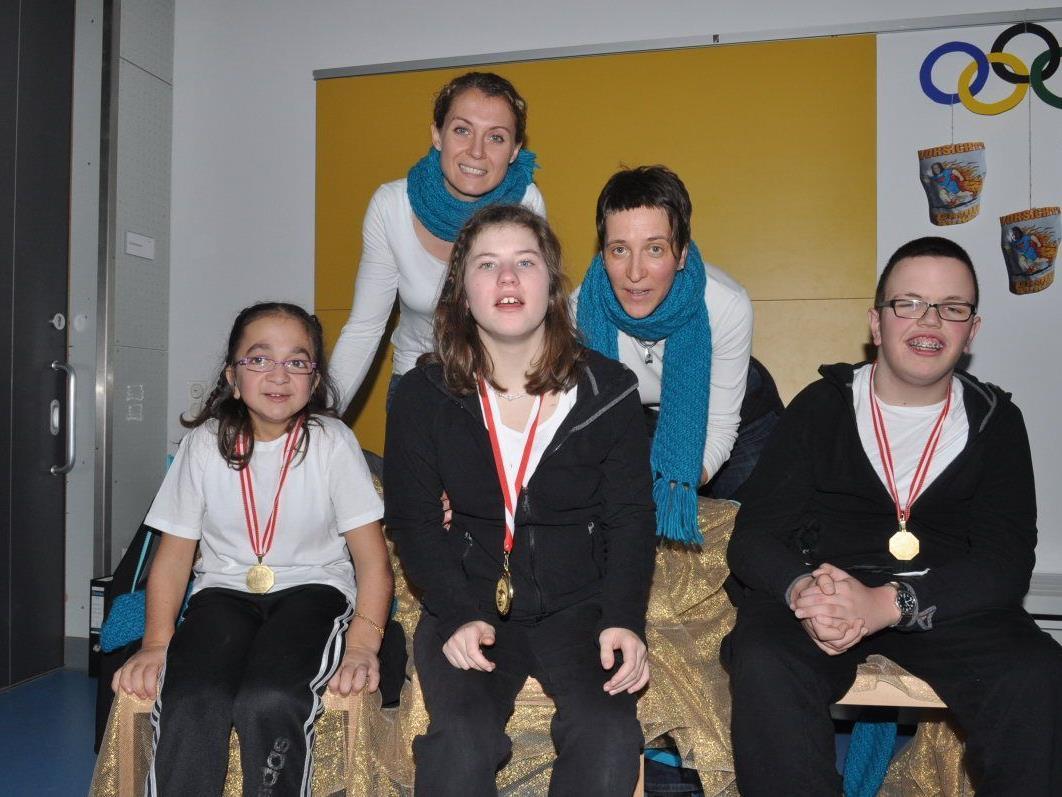 Azime Yurdakul, Anna-Lena Kathan und Lukas Muther mit ihren Trainerinnen.