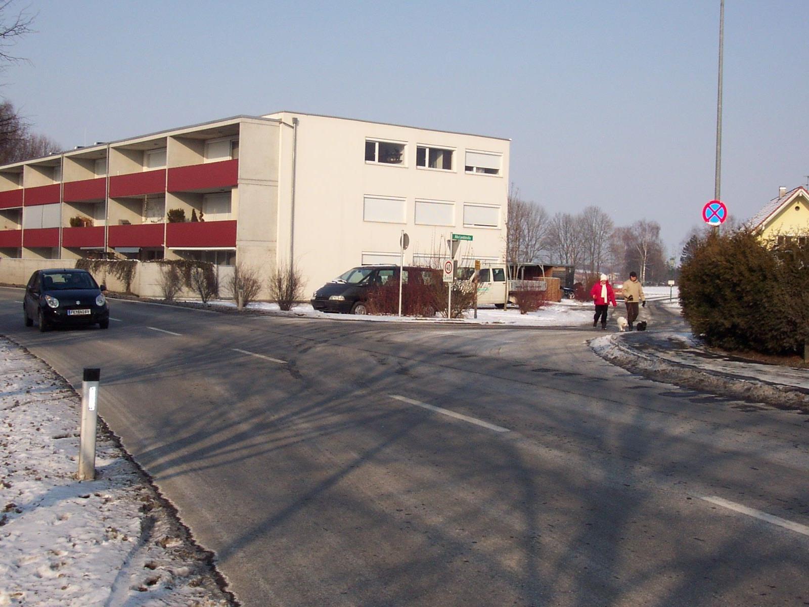 """Im Bild die Einmündung der """"Alten Landstraße"""" in die neu benannte ,,Schweizerstraße""""."""