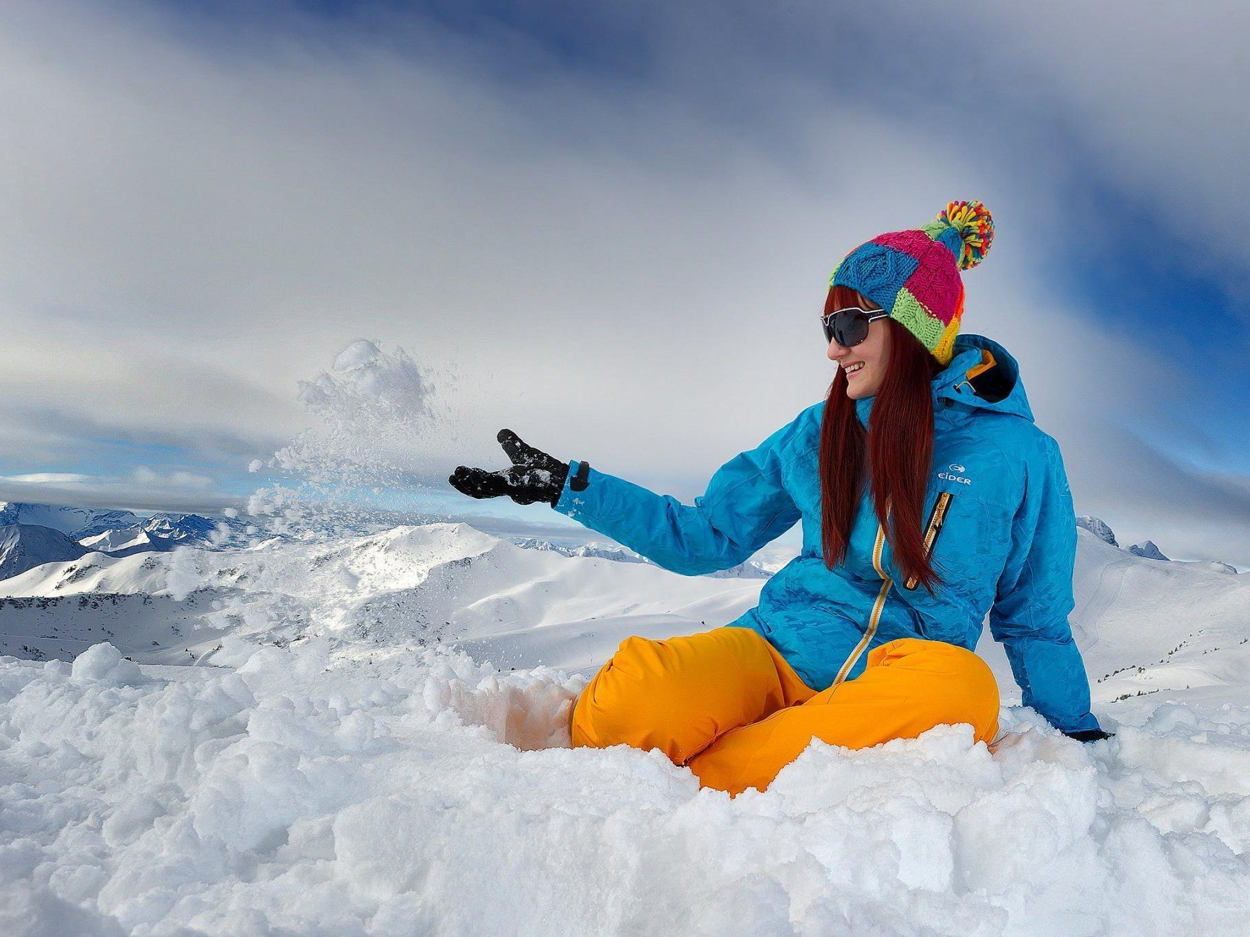 Hoch über der Vorarlberger Gebirgsszenerie genießt Jaqueline Pircher ihr Schnee-Reich Damüls