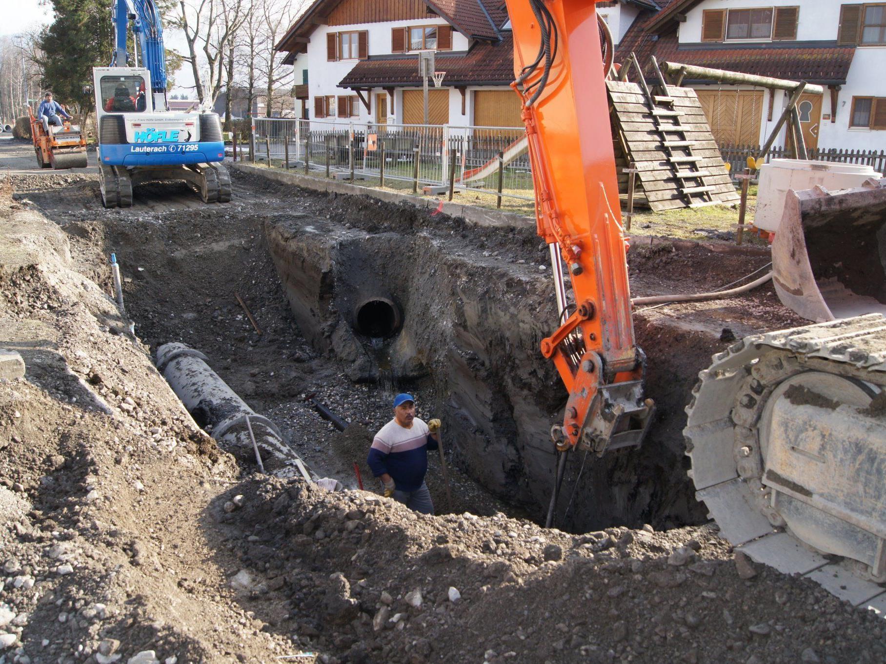 Die Kanalarbeiten an der Streueriedstraße laufen auf Hochtouren.
