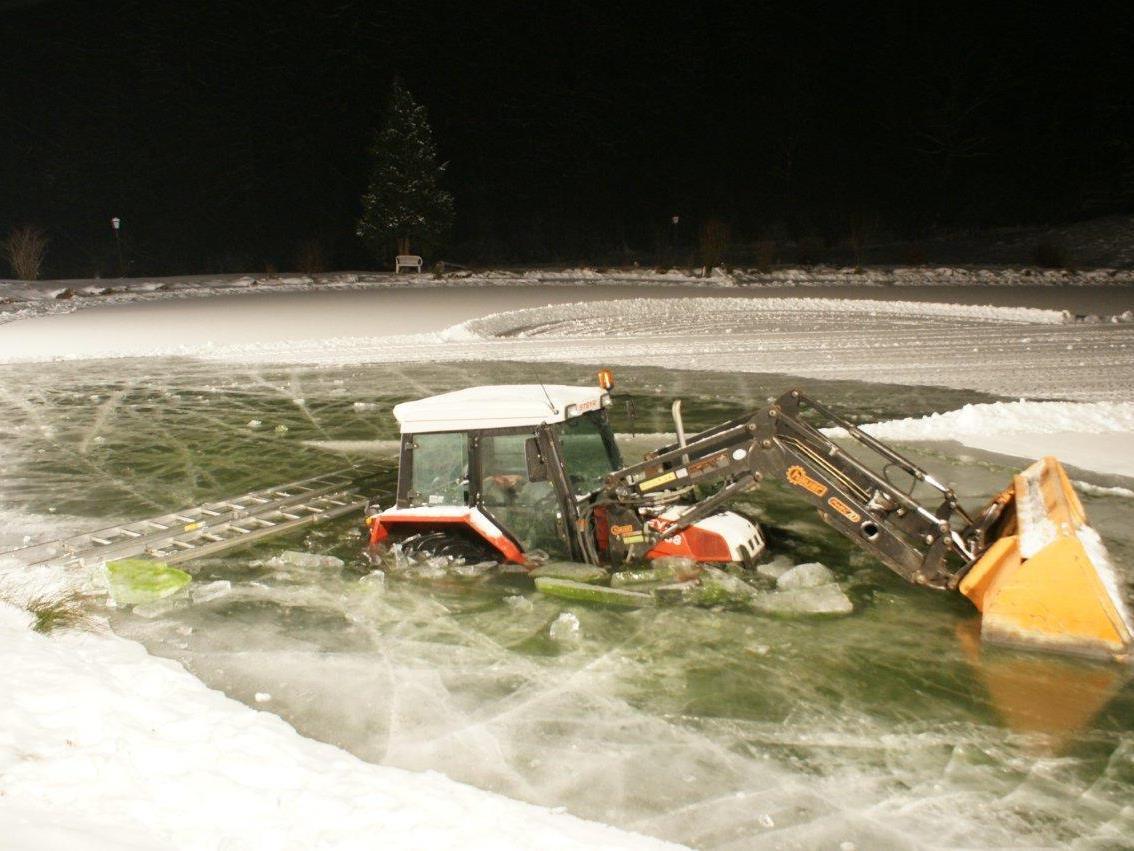 Schon halb versunken war der Traktor im Teich