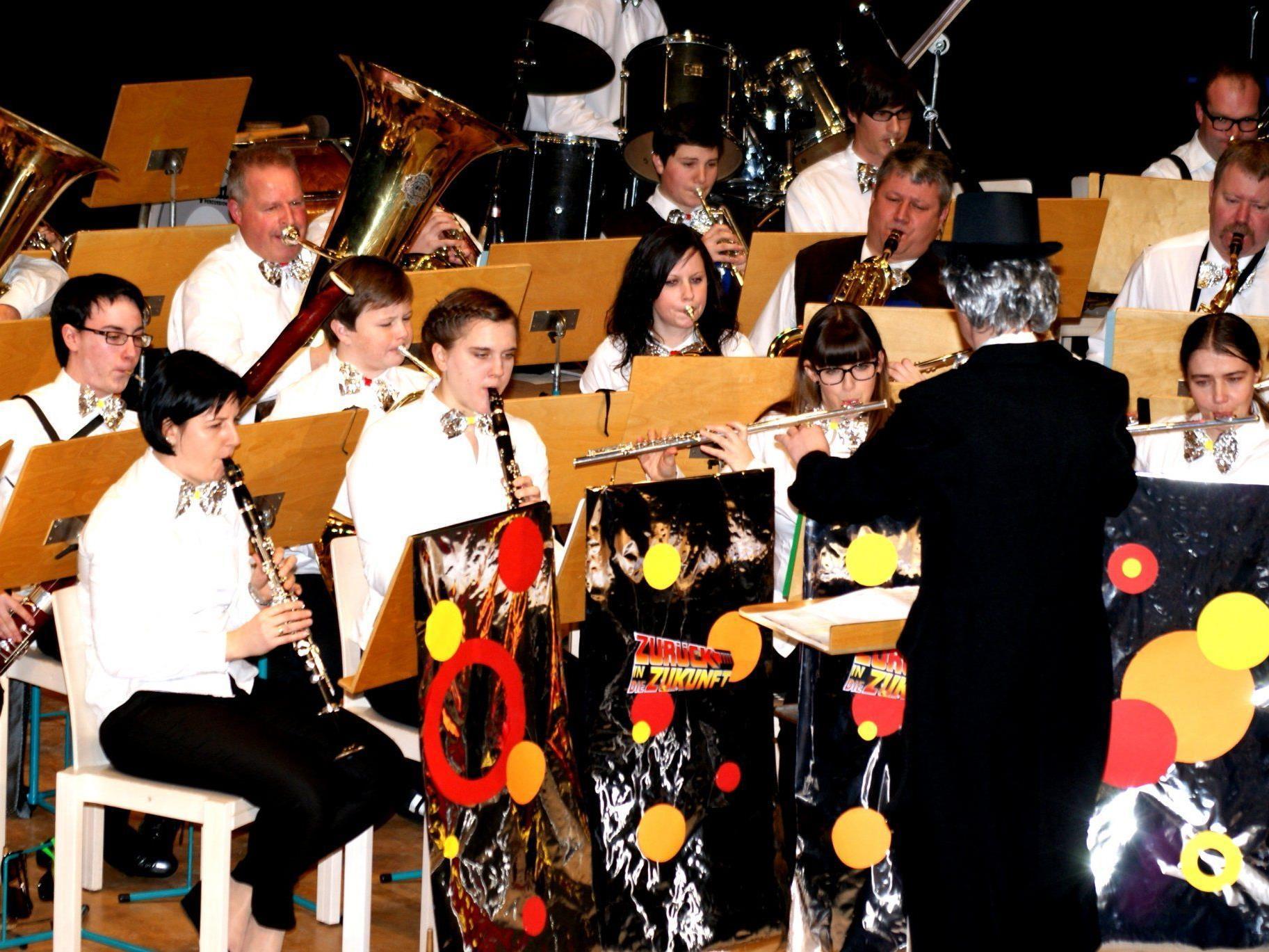 Der Musikverein unterhielt den Saal mit flotter Musik