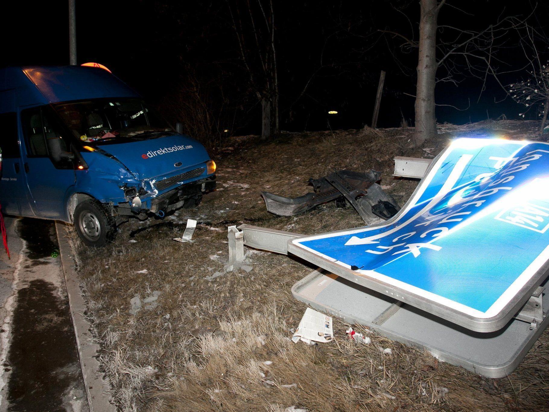 Bei Auffahrunfall gegen Autobahn-Hinweisschild geprallt.