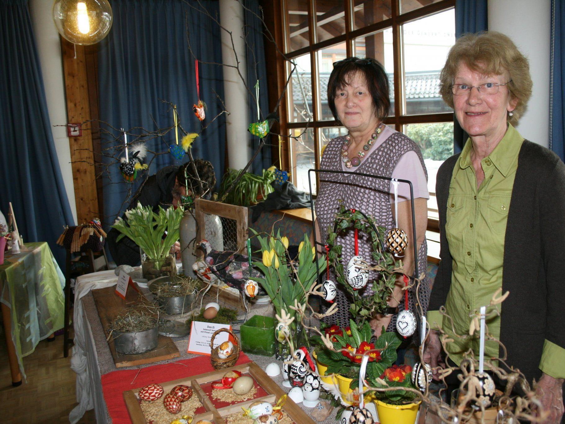 Renate Gasser und Marlies Hande bieten jeweils Kurse für hübsche Osterdekoration an