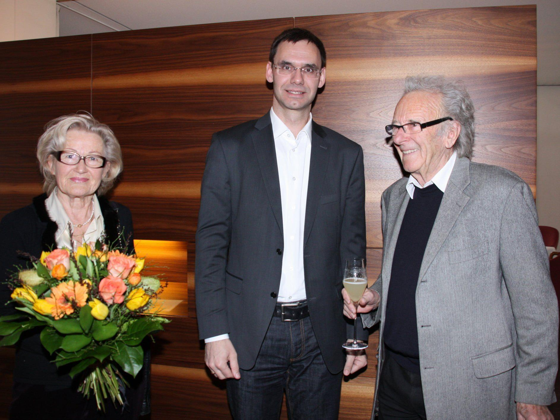 im Bild v.l.: Gattin Brigitte Albrecht, Bildhauer Herbert Albrecht und Landeshauptmann Wallner.