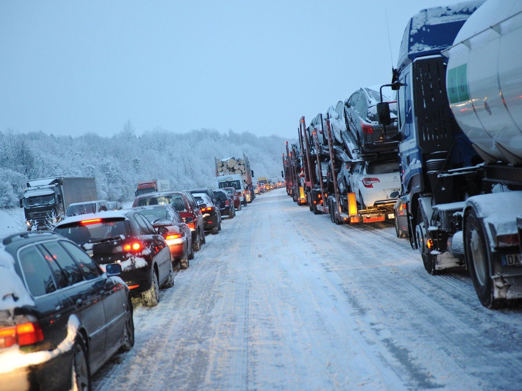 Oft waren es nur wenige Zentimeter Schnee, aber sie verwandelten wichtige Hauptverkehrsverbindungen in Rutschbahnen.