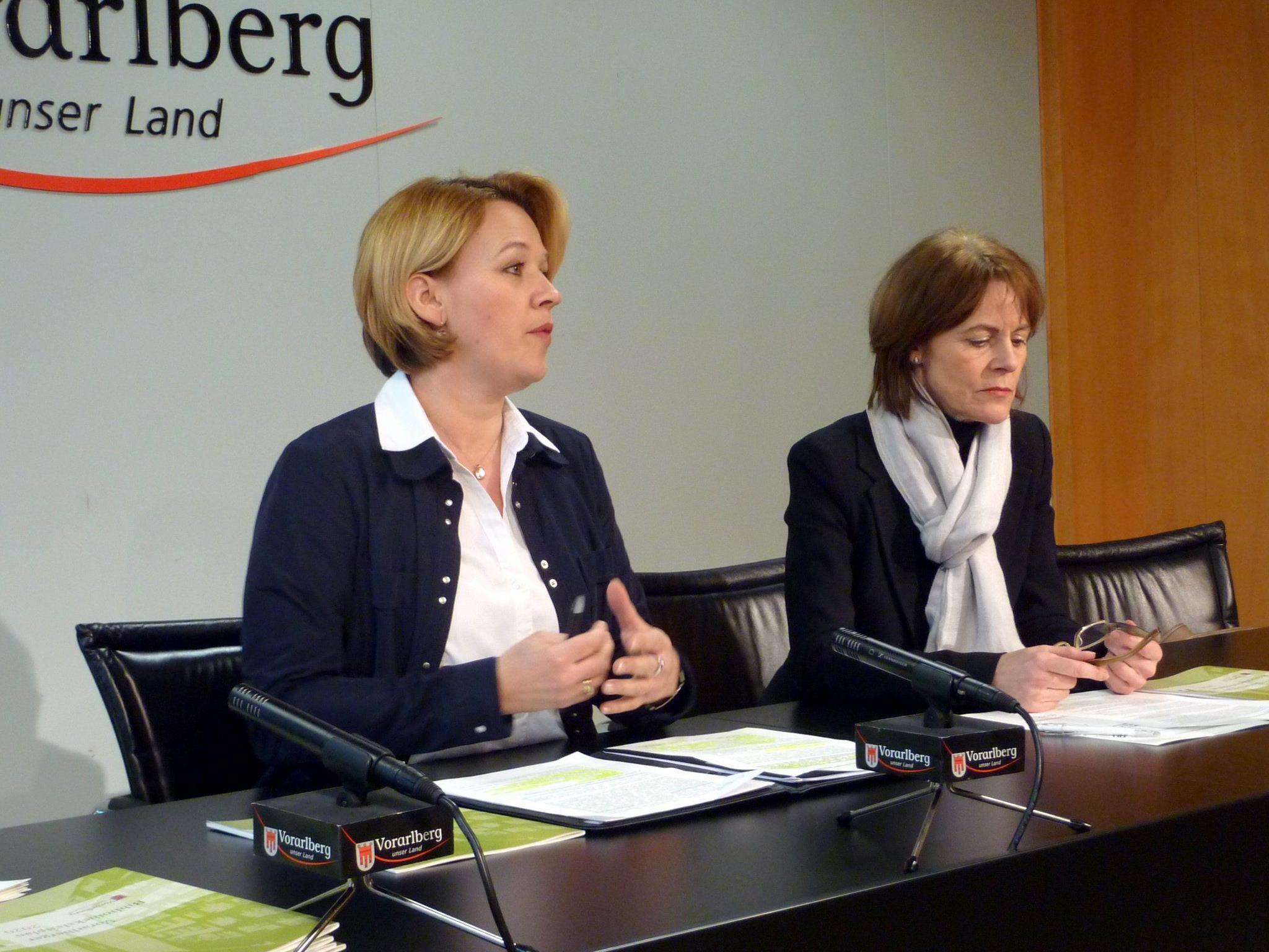 Landesrätin Kaufmann und Wissenschaftschefin Dür erläuterten den neuen Bibliotheksleitplan 2020 im Landhaus in Bregenz.