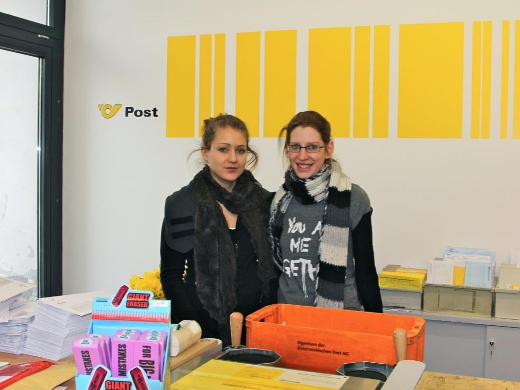 """Ivana und Daniela von der Arbeitsinitiative """"aqua mühle frastanz"""" freuen sich auf viele Kunden."""