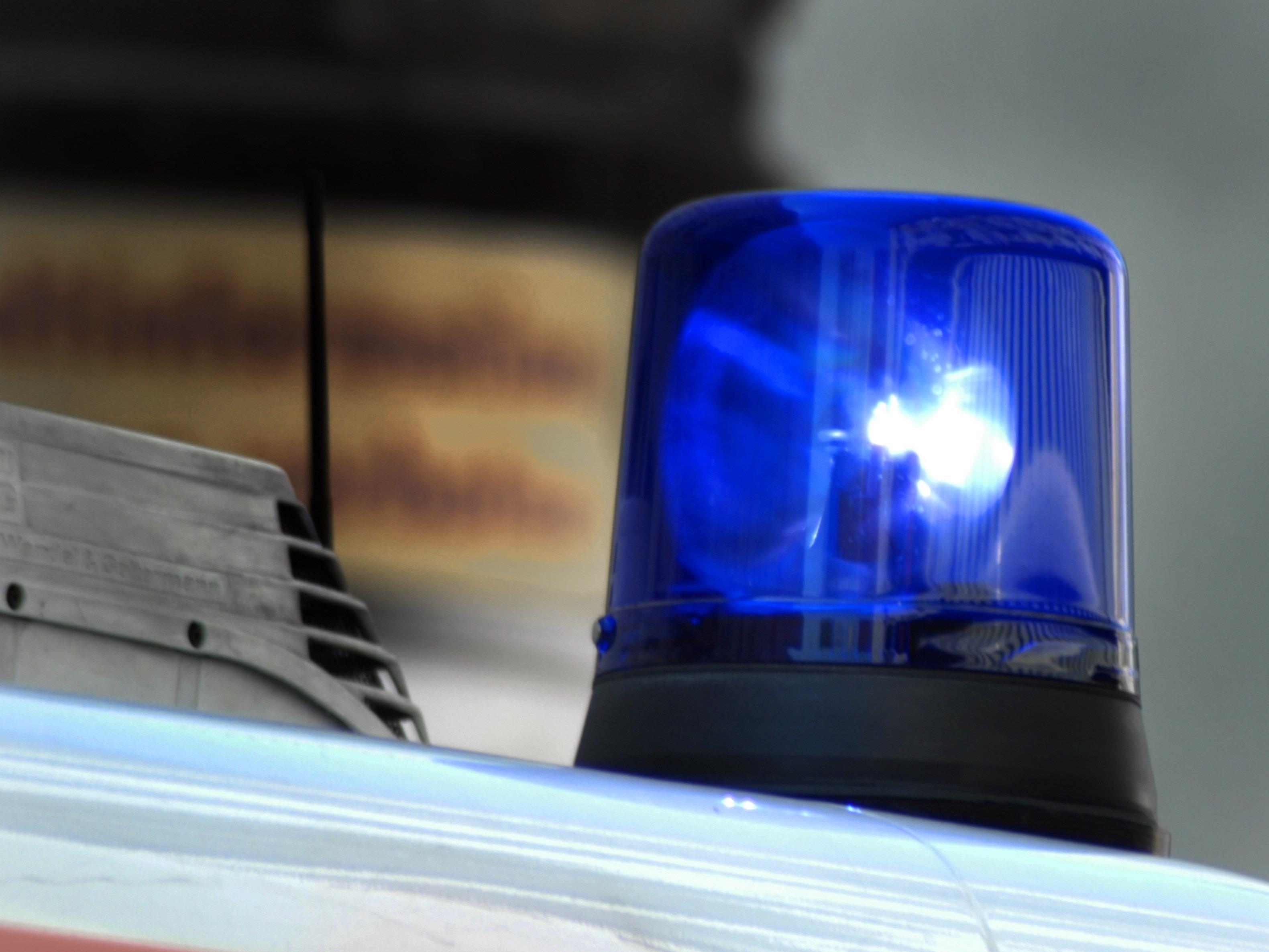 Beim Zufahren zu einer Bank verlor der 22-Jährige plötzlich die Kontrolle über seinen Wagen und raste in das Foyer.