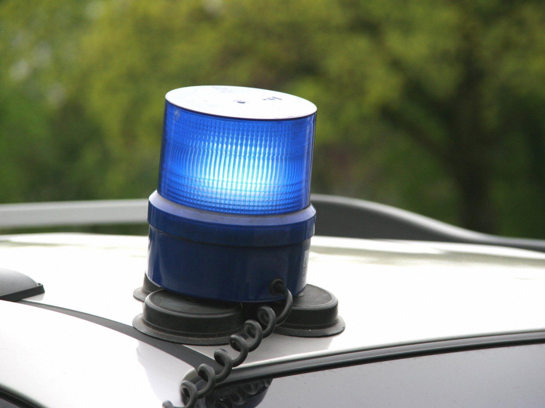 Gegenüber der Polizei wies sich der Alkolenker mit einem illegal besessenen Führerschein-Duplikat aus.