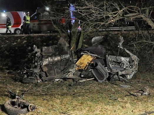 Zwei Menschen kamen bei dem Crash ums Leben.