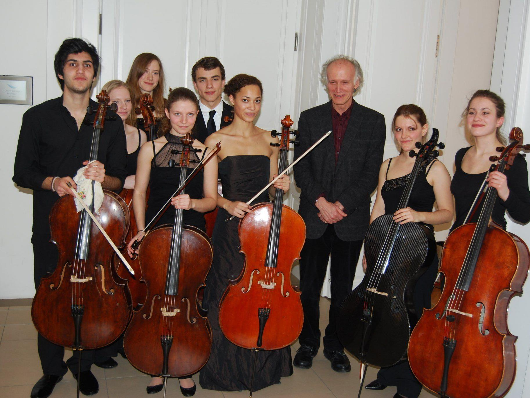 Das jugendliche Cello-Ensemble mit Kian Soltani (links) nach der Matinee am Samstag.