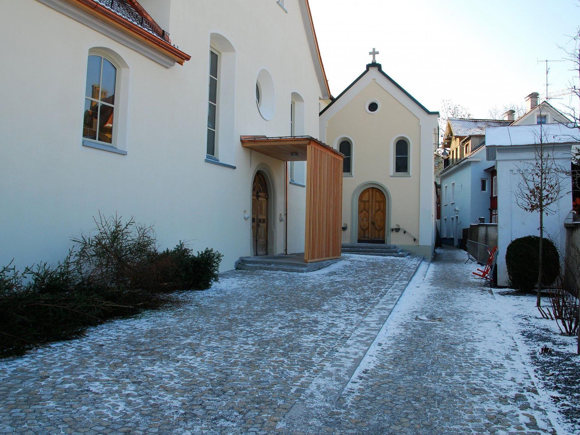 Kirchenplatz mit Lourdes-Kapelle und dem neuen Kirchenentree.