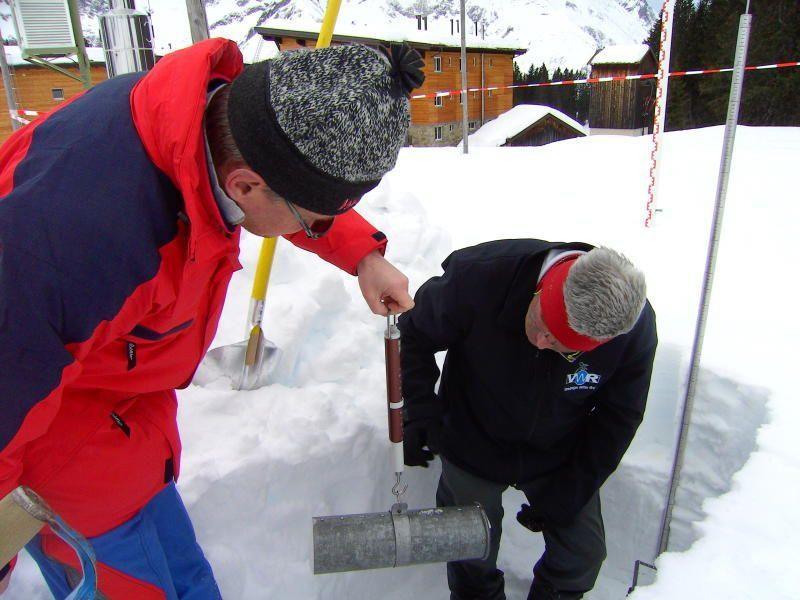 In den Lawinenversuchsfeldern haben die Mitarbeiter der Lawinenwarndienste heuer viel mehr Arbeit als im vergangenen Winter.