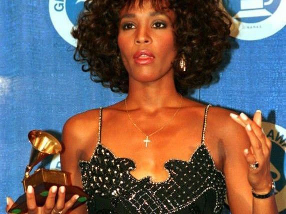 Whitney Houston bei der Grammy-Verleihung 1988 mit ihrer Auszeichnung