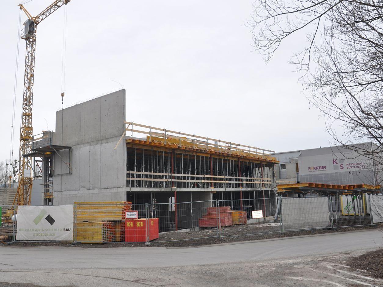 Im Industriegebiet entstanden große Erweiterungsbauten wie hier bei Kesselbau Sutterlüty.