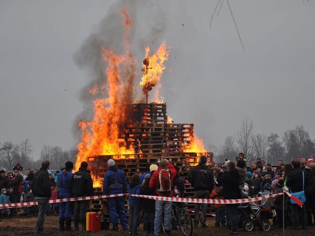 Trotz einsetzenden Regens brannte die Kinderfunkenpuppe bald lichterloh.