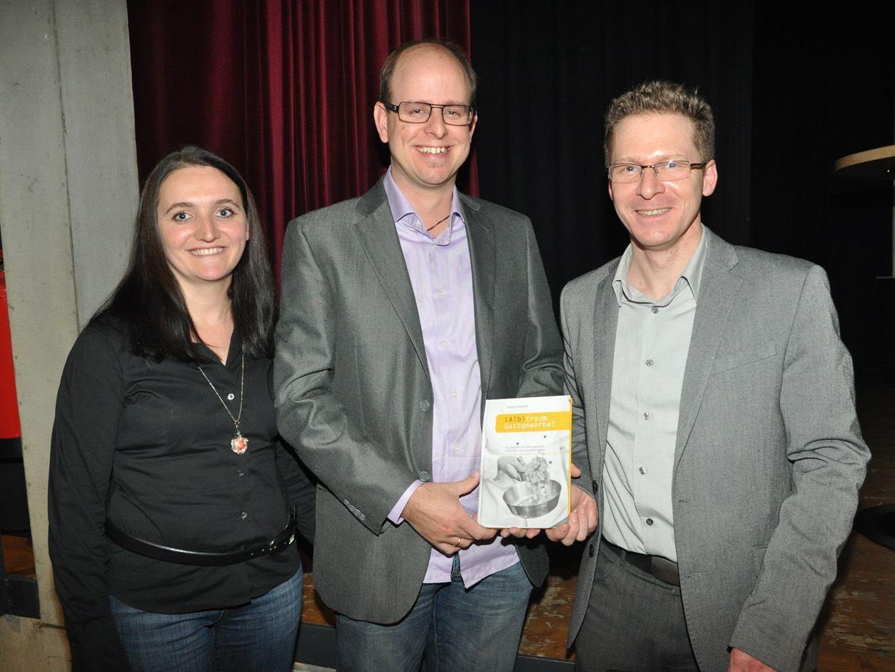 Die Verleger Monika und Michael Konzett mit Autor Jürgen Schneider.
