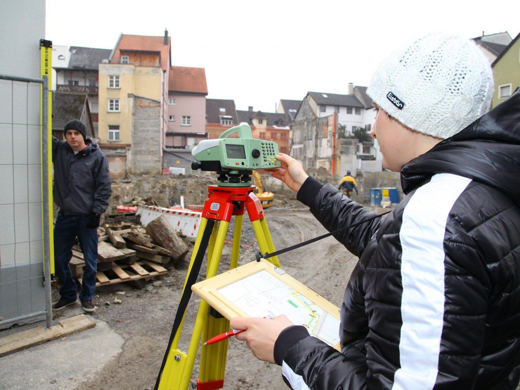 Wird penibel überwacht: das Umfeld der Baugrube beim Kronenhaus in Bludenz.