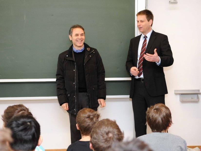 Direktor Mag. Christian Kusche (rechts) und die Schüler des Collegium Bernardi begrüßten ÖFB-Teamchef Marcel Koller.