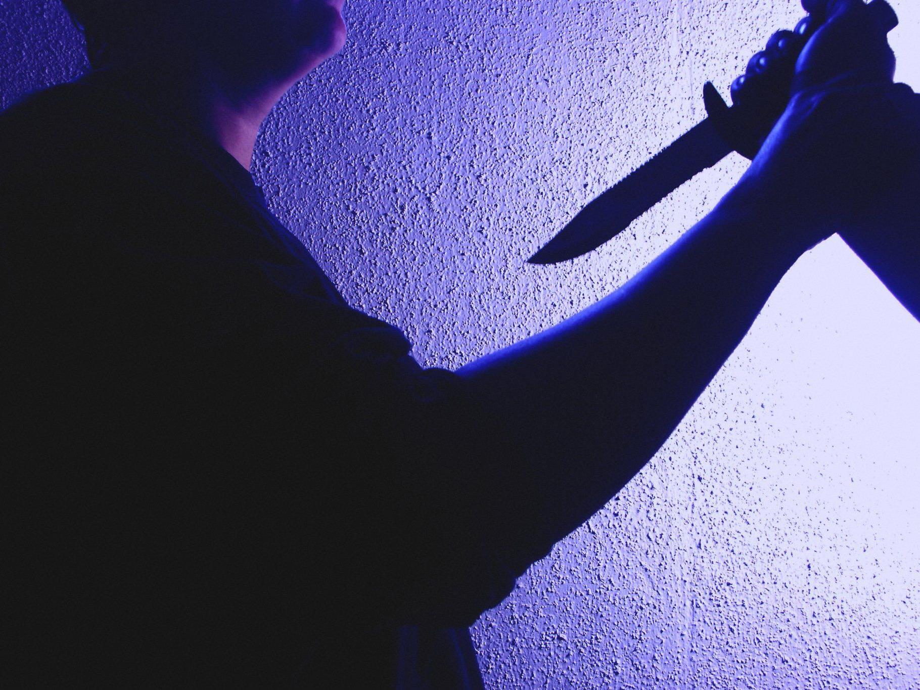 Der Drogensüchtige stach seiner eigenen Mutter mit einem Messer in die Brust.