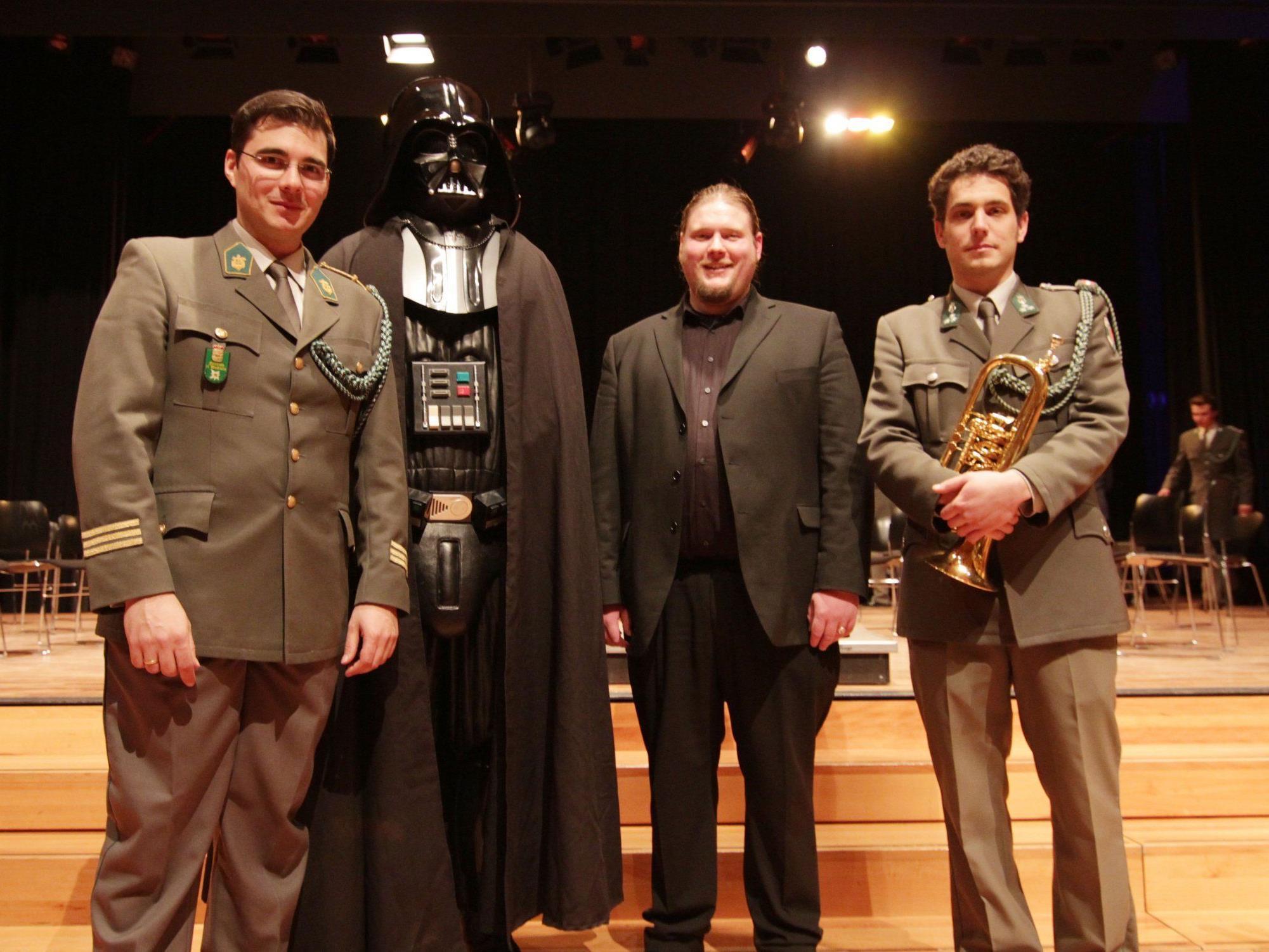 """Wolfram Öller mit """"Darth Vader"""", Bariton Markus Günter Kohl und Flügelhorn-Solist Manfred Nenning."""