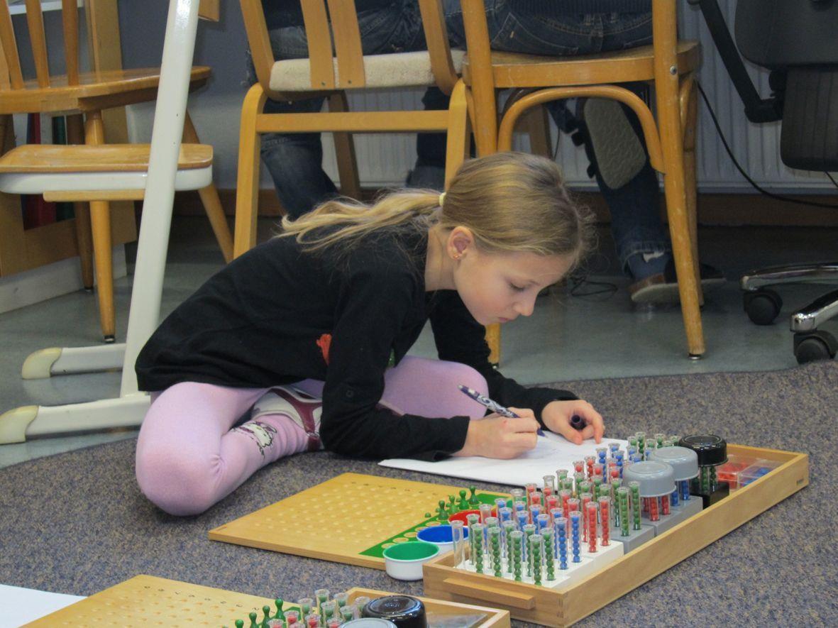 Die Montessoripädagogik unterstützt die Kinder, vieles selbst zu entdecken und bewältigen.