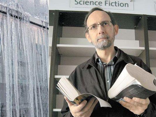 Regale stehen vereinzelt leer: Das Wasser rann an der Innen- und Außenfassade entlang und bahnte sich seinen Weg bis in die Bücherregale von Norbert Hubert.