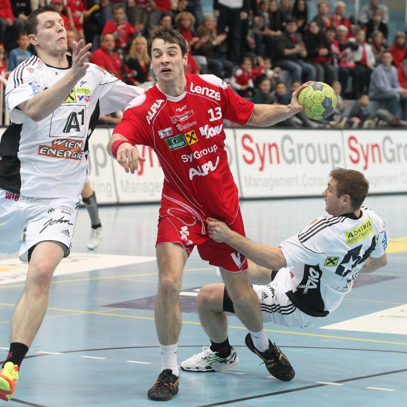 Typische Szene für den Cup-Schlager in Hard: Romas Kirveliavicius (l.) und Vytas Ziura (r.) versuchen mit allen Mitteln, Hard-Linkshänder Marko Tanaskovic am Torwurf zu hindern.