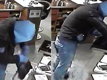 Der Täter trug eine hellblaue Kapuzenjacke.
