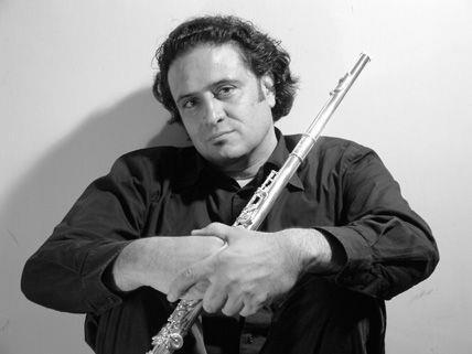 Querflötist und Dozent Reza Najwar eröffnet mit südamerikanischen Klängen die Flötentage.