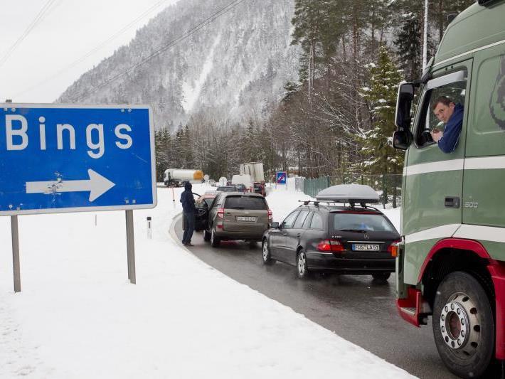Hochbetrieb entlang der Arlbergschnellstraße S 16: im Stau steckende Autolenker, Schnee schaufelnde Lkw-Fahrer und Großeinsatz für Verkehrspolizisten.