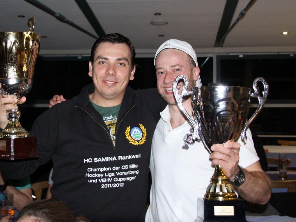 Kapitän Philipp Amann und Spielertrainer Michal Kopas durften den Pokal in Empfang nehmen.