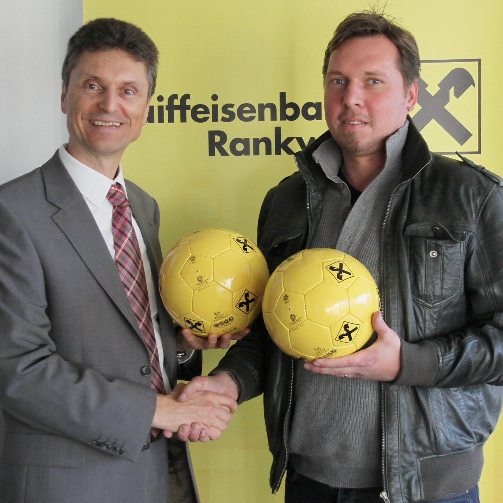 Turnierchef Ulli Bischoff und Raiba-Direktor Roland Marte freuen sich auf das Hallenspektakel.