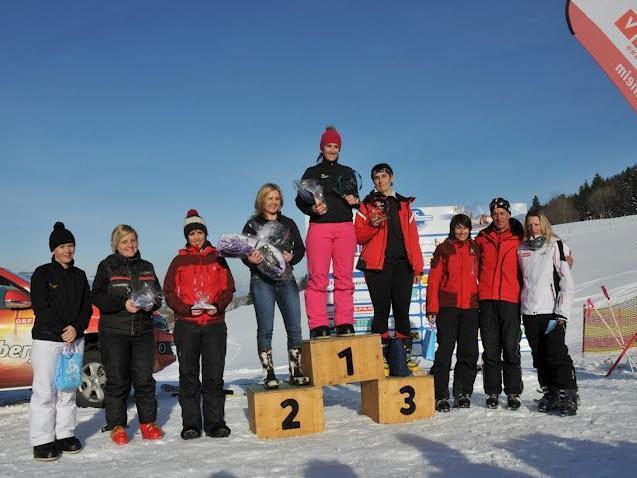 Sarah Schachenhofer gewinnt vor Teamkollegin Manuela Türtscher vom Schneggarei Racing Team.