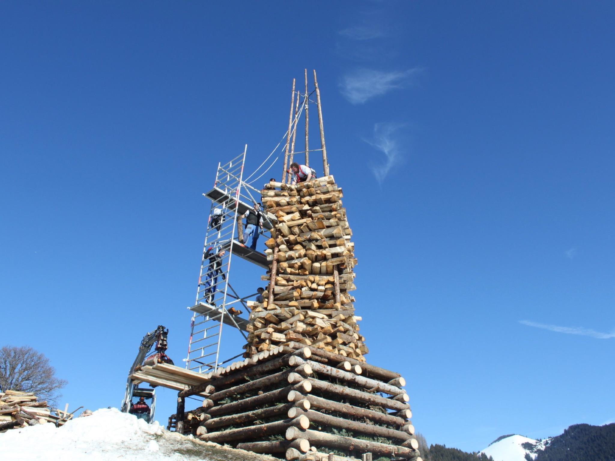 Tolle Arbeit der Funkenzunft Fraxern: Aufbau des 12 Meter hohen Funkens am Freitag vor dem Tag X.